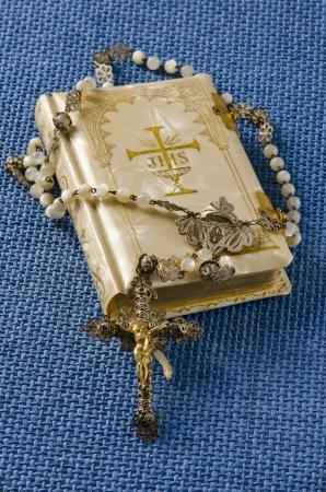 holy communion: Primera Comuni�n Rosario y libro religioso en el fondo azul