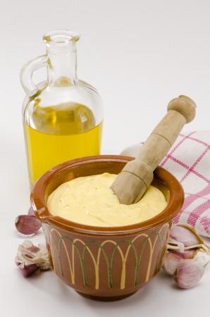 mahonesa: Cocina española. Salsa de ajo mayonesa servido en un mortero de cerámica