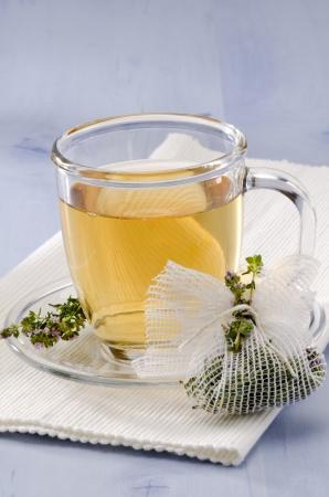 Thymian Kr�utertee in einem Glas. Thymus vulgaris. Naturheilkunde. Fokus auf den Vordergrund. Lizenzfreie Bilder