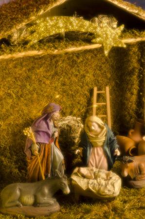 soft focus: Pesebre de Navidad. Las figuras del Ni�o Jes�s, la Virgen Mar�a y San Jos�. Tomado con un filtro de enfoque suave y c�lida.