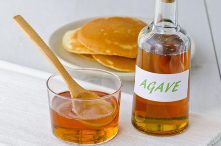 agave: Jarabe y panqueques Agave. Edulcorante alternativo al azúcar. Enfoque selectivo. Fondo blanco. Tomado en la luz del día. Foto de archivo