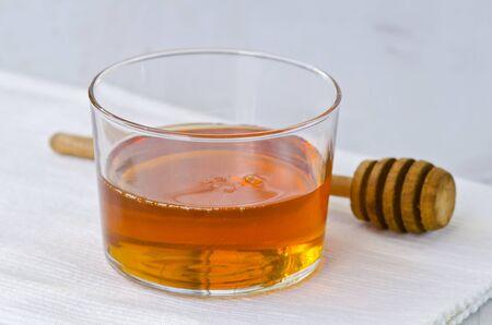 agave: Jarabe de agave en un vaso. Edulcorante alternativo al azúcar. Enfoque selectivo. Fondo blanco. Foto de archivo