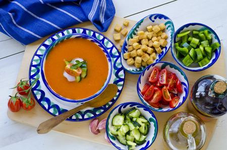 Cuisine espagnole. Gazpacho. Soupe froide andalouse servi dans un bol en céramique. Pris en plein jour.