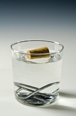 물리학. 코르크 물 및 금속 objets 싱크대에 수레. 아르키메데스 원칙.