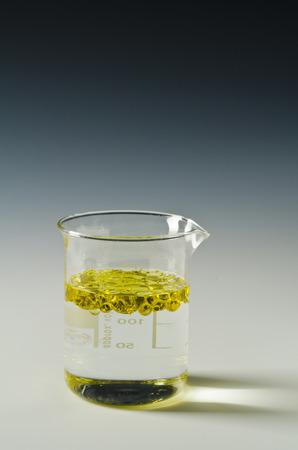 Fysica. Onneembare vloeistoffen. Olie wordt gegoten in water.3 van 4 beeldreeksen.