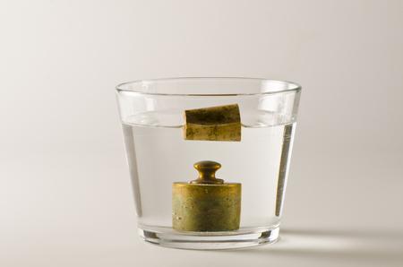 물리학. 코르크 마개가 물에 뜨고 골동품 무게가 가라 앉습니다. 아르키메데스 원리.