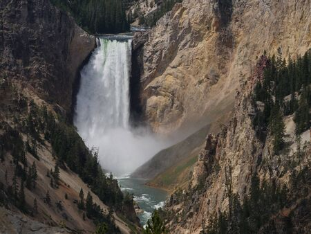 The Lower Falls is one of the must-not-miss attractions at Yellowstone National Park, Wyoming. 免版税图像