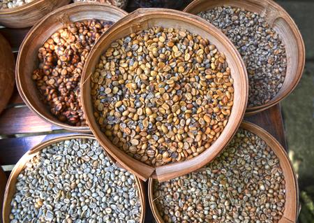 coffee beans: Nhiều hạt cà phê chưa rang vào giỏ tre khác nhau Kho ảnh