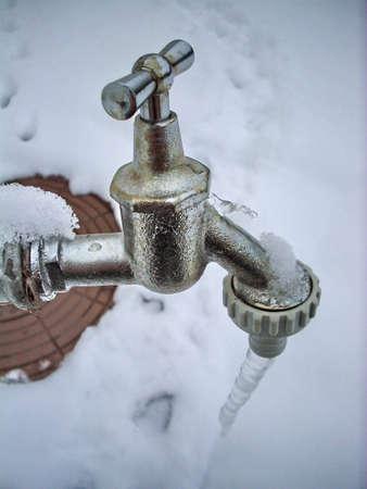 the faucet: Congelados grifo con el hielo y la nieve en el fondo