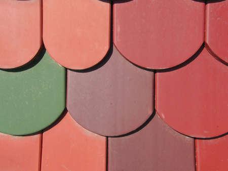 rooftile: un tetto con tegole colorate piano (close up)