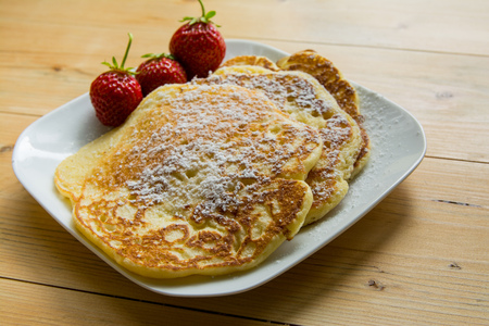 hotcakes: Home pancakes with fresh strawberry