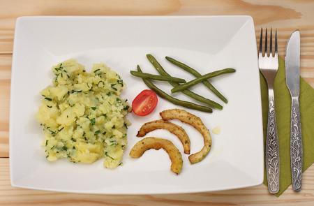 pure de papa: Judías verdes, calabacín frito, patatas y puré de tomate