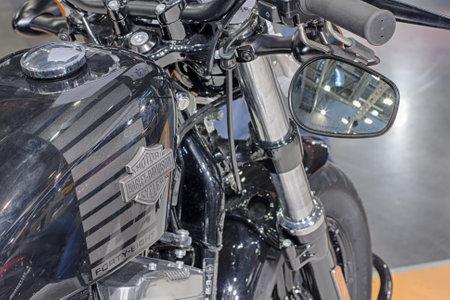 tanque de combustible: BRNO, República Checa-MARZO 4,2016: Cierre de depósito de combustible de la motocicleta Sportster Forty-Eight en Feria Internacional de Motocicletas en marzo de 4,2016 en Brno en República Checa Editorial
