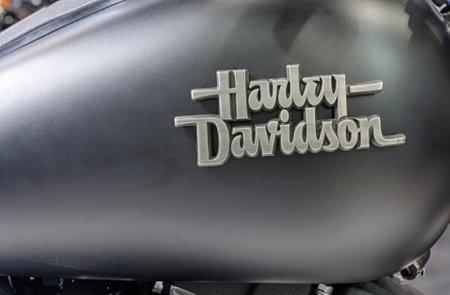 tanque de combustible: BRNO, República Checa-MARZO 4,2016: Cierre de depósito de combustible de la motocicleta Harley Davidson Bob Calle Especial sobre la Feria Internacional de Motocicletas en marzo de 4,2016 en Brno en República Checa Editorial