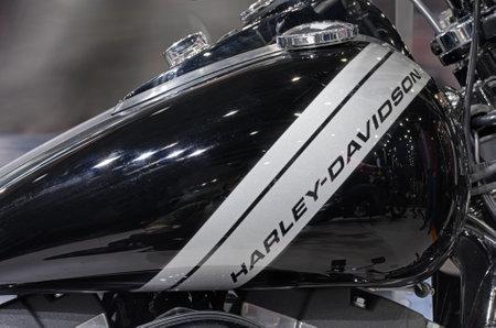 tanque de combustible: BRNO, República Checa-MARZO 4,2016: Cierre de depósito de combustible de la motocicleta Harley Davidson Dyna Fat Bob en la Feria Internacional de Motocicletas en marzo de 4,2016 en Brno en República Checa