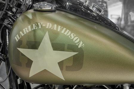 tanque de combustible: BRNO, República Checa-MARZO 4,2016: Cerrar un ejército de tanques de combustible estilo de Harley Davidson Softail Delgado S en la Feria Internacional de Motocicletas en marzo de 4,2016 en Brno en República Checa