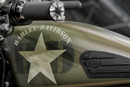 tanque de combustible: BRNO, CZECH REPUBLIC-MARCH 4,2016: Close up army style fuel tank of motorcycle Harley Davidson Softail Slim S on International Fair for Motorcycles on March 4,2016 in Brno in Czech Republic Editorial