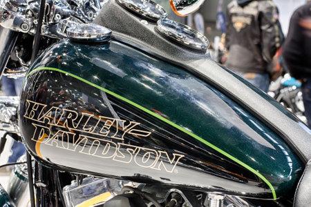 tanque de combustible: BRNO, República Checa-MARZO 4,2016: Cierre de depósito de combustible de la motocicleta Harley Davidson Dyna Low Rider en la Feria Internacional de Motocicletas en marzo de 4,2016 en Brno en República Checa