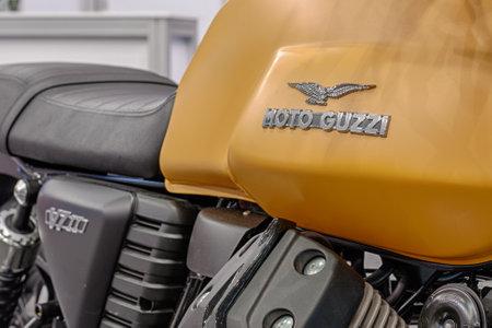 tanque de combustible: BRNO, República Checa-MARZO 4,2016: Cierre de inscripción en el tanque de combustible de la motocicleta de Moto Guzzi V7 en la Feria Internacional de Motocicletas en marzo de 4,2016 en Brno en República Checa