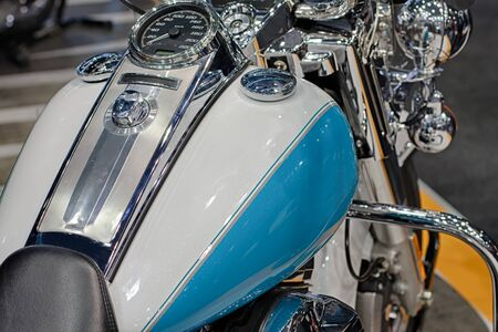 tanque de combustible: Cierre de dep�sito de combustible de la motocicleta azul Foto de archivo
