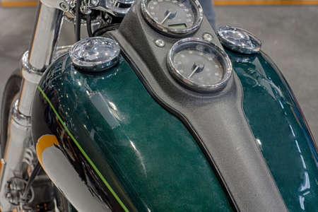 tanque de combustible: Cierre de dep�sito de combustible de la motocicleta, foto de interior. Foto de archivo