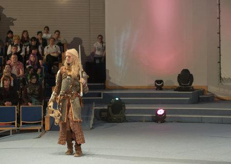 BRNO, TSCHECHISCHE REPUBLIK - 30. APRIL 2016: Cosplayer kleidete als Charakter Geralt von Rivia von Spiel Hexer 3 wirft während des cosplay Wettbewerbs bei Animefest am 30. April 2016 Brno, Tschechische Republik an