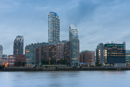 Residential buildings in Canary Wharf in the evening in London, England. 免版税图像
