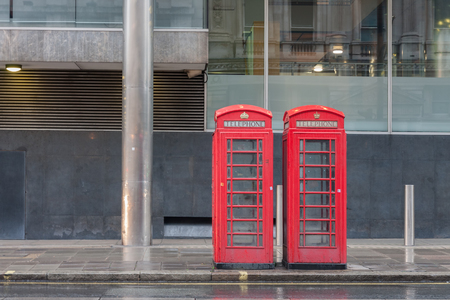The two red telephone boxes , famous icons of London, on Pall Mall street, England. Banque d'images - 107463294