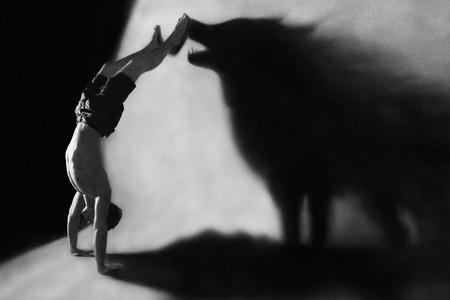 lobo feroz: Parada de manos Photomanipulation en el estudio con la sombra del lobo