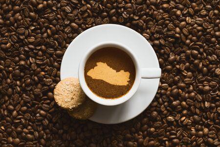 mapa de el salvador: Naturaleza muerta fotograf�a de bebida de caf� caliente con el mapa de El Salvador Foto de archivo