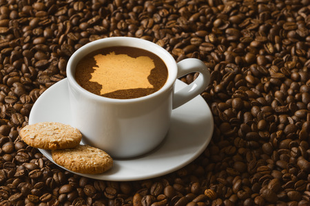 Morte la photographie de boisson de café chaud sur la carte de Côte-d'Ivoire Banque d'images - 42452787