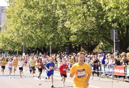 adidas: Deelnemers aan de Adidas Auckland Kids marathon te lopen sprint naar de finish op zondag oktober 30,2011 te Auckland, Nieuw-Zeeland Redactioneel