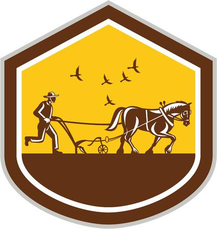 arando: Ilustración de los agricultores y el campo famr caballo de arar visto desde lado dentro de la forma del escudo hecho en estilo retro grabado en el fondo aislado. Vectores