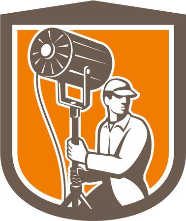 electricista: Ilustración de un equipo de técnicos de iluminación eléctrica con el proyector fresnel mira a la cara dentro de escudo forma cresta en el fondo aislado hecho en estilo retro.