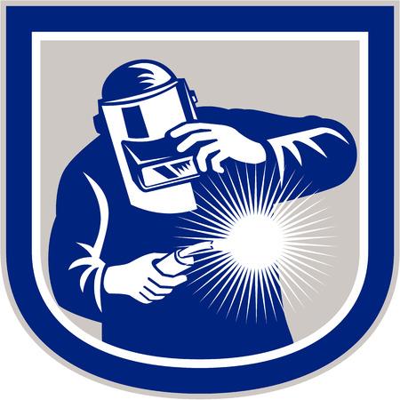 soldador: Ilustración del trabajador soldador que trabaja utilizando soplete vistos de frente, sosteniendo su visor dentro de escudo forma cresta en el fondo aislado hecho en estilo retro.