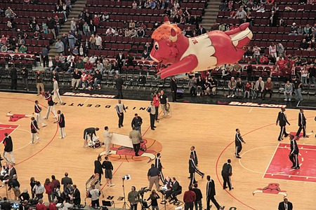 balon de basketball: Un globo inflable de Benny the Bull, comúnmente conocido como Benny, la mascota oficial de los Bulls de la Asociación Nacional de Baloncesto de Chicago, se cierne sobre la NBA United Center, Chicago, EE.UU. tomada el 11 de abril de 2009.
