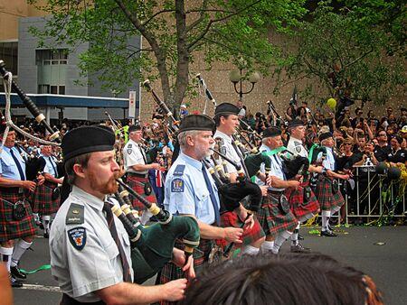 gaita: AUCKLAND octubre 24: Auckland Policía gaiteros tocando la gaita durante el desfile de Campeones RWC 2011 el 24 de octubre de 2011 en Auckland, Nueva Zelanda.