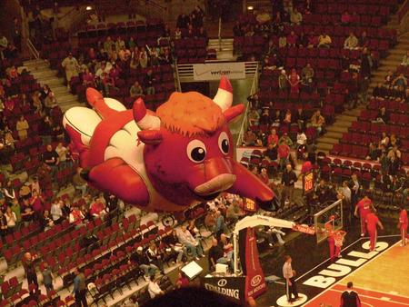 balon baloncesto: Un globo inflable de Benny the Bull, comúnmente conocido como Benny, la mascota oficial de los Bulls de la Asociación Nacional de Baloncesto de Chicago, se cierne sobre la NBA United Center, Chicago, EE.UU. tomada el 11 de abril de 2009.