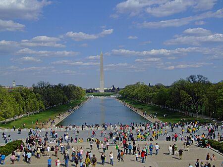 george washington: Foto de turistas que buscan en el Monumento a Washington, un obelisco construido para conmemorar George Washington, el primer presidente de Estados Unidos, de pie casi al este de la piscina de reflejo y el Lincoln Memorial ubicado en el National Mall en Washington, DC