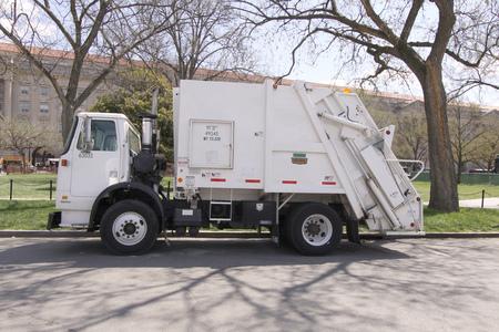 ciężarówka: Waszyngton, październik 4: śmieciarka śmieci z tyłu ciągnika zaparkowanym w Waszyngtonie, Stany Zjednoczone podjęte na 4 października 2009 r. Publikacyjne