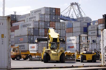 montacargas: AUCKLAND, septiembre 15: Container carretilla elevadora o montacargas para contenedores manejan contenedores en el astillero en el muelle tomadas el 15 de septiembre de 2009 en Auckland, Nueva Zelanda.