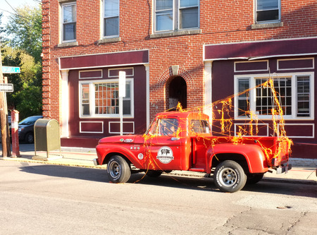 camioneta pick up: SALEM, octubre 8: 1950 Ford F100 camioneta estacionados en el lado de la calle en Salem, Massachusetts, Estados Unidos tomaron el 8 de octubre de 2015. Editorial