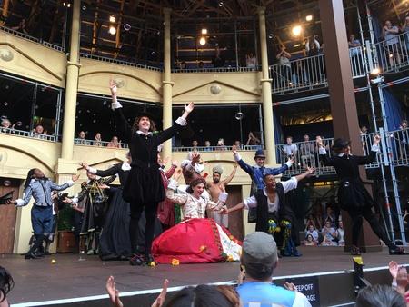 7 AUCKLAND-mei: Actoren van het Shakespeare toneelstuk Twelfth Night optreden op het Pop-up Globe Auckland, een full-scale werken tijdelijke replica van de tweede Globe Theatre oorspronkelijk gebouwd door Shakespeare en zijn bedrijf in 1614 in Auckland, Nieuw-Zeeland Redactioneel