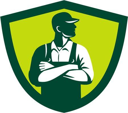 Illustration eines Bio-Bauer mit Hut und Overalls verschränkten Armen an der Seite von vorne innerhalb des Schildes Kamm auf weißem Hintergrund im Retro-Stil getan betrachtet suchen.