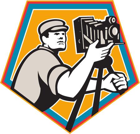 Ilustración de un director de cine de camarógrafo con cámara de película de cine vintage visto desde bajo ángulo conjunto escudo de escudo en el fondo aislado hecho en estilo retro. Foto de archivo - 79814735