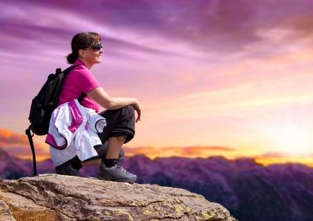 escalando: mujer deportista en la cima de una montaña