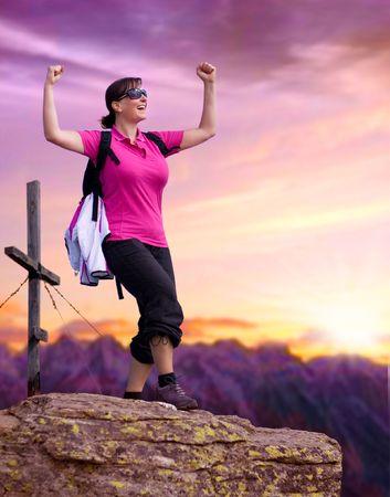 mujer mirando el horizonte: mujer deportista en la cima de una monta�a