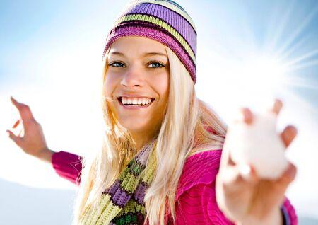 snowballs: ragazza bionda felice con valanga  Archivio Fotografico