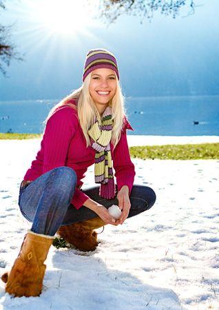 bolas de nieve: joven rubia con la bola de nieve Foto de archivo