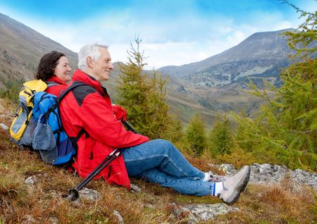 parejas caminando: lindo seniorcouple senderismo en un otoño mountainlandscape